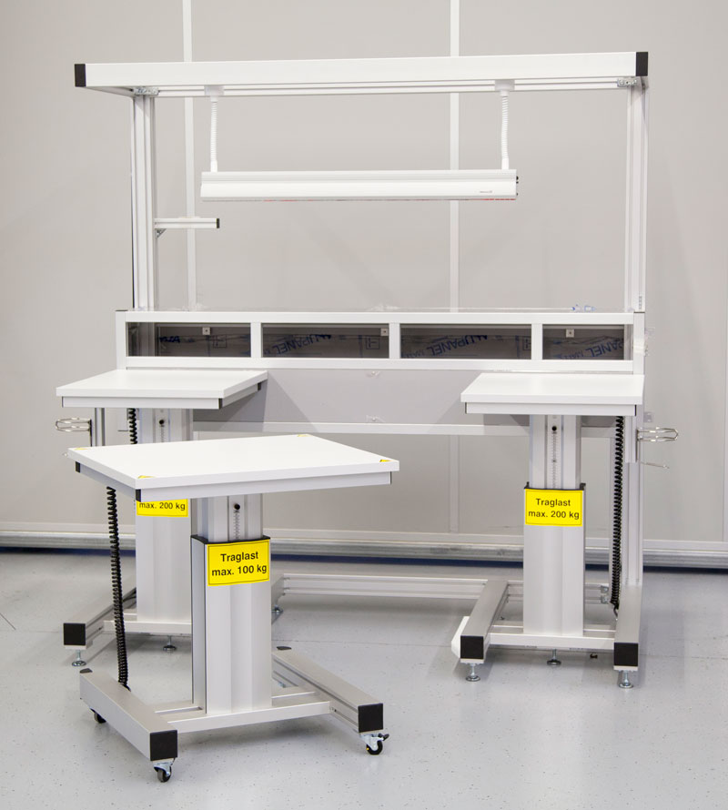 Assembly workstation with mobile and height-adjustable tool carriers